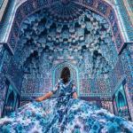 Фотограф женщин в платьях на фоне потрясающих мест снимает.