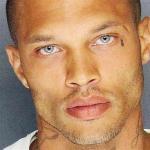 """Преступник из Калифорнии Джереми Микс, в которого влюбились тысячи женщин и """"залайкали"""" на Фейсбуке его фото из полицейского участка, получил предложения от модельных агентств."""