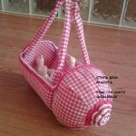 Игрушечная детская коляска и сумочка из пластиковых бутылок.